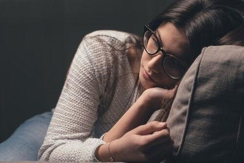 gözlüklü yorgun kadın