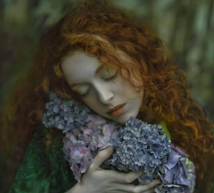 çiçeklere sarılan yorgun kız