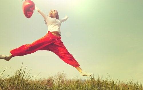 zıplayan bir kadın