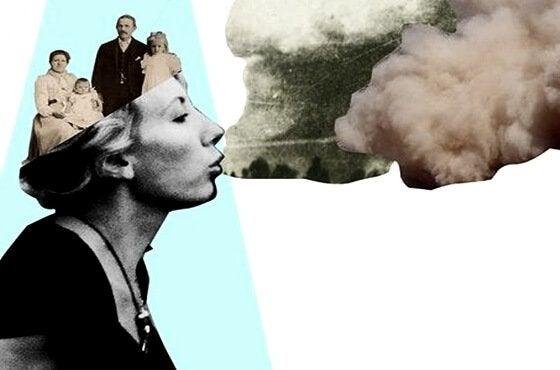 aklında ailesiyle duman üfleyen kadın