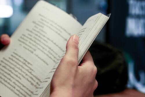 kitap okuyan kişi