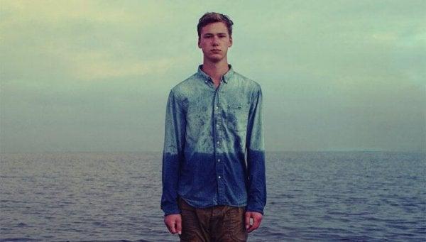 adam denizin önünde duruyor