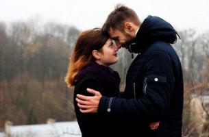 adam ve kadın birbirlerine sarılmış