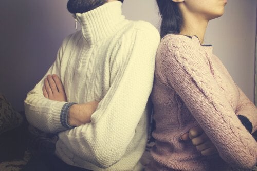 adam ve kadın sırt sırta dönmüş
