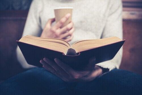 adam kahve içip kitap okuyor