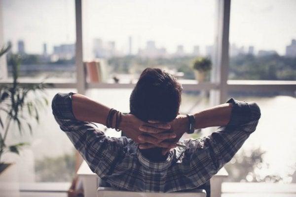adam rahat rahat şehir manzarası izliyor