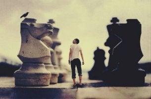 adam satranç tahtasında yürüyor