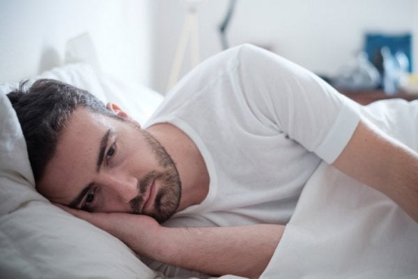 adam yatakta hasta yatıyor