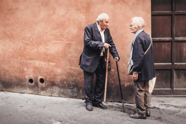 konuşan yaşlı insanlar