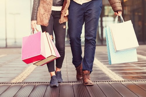 alışveriş torbaları taşıyan çift