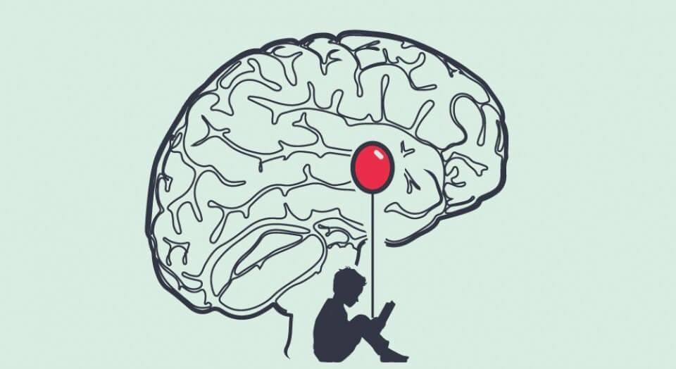 amigdalada balon tutan çocuk
