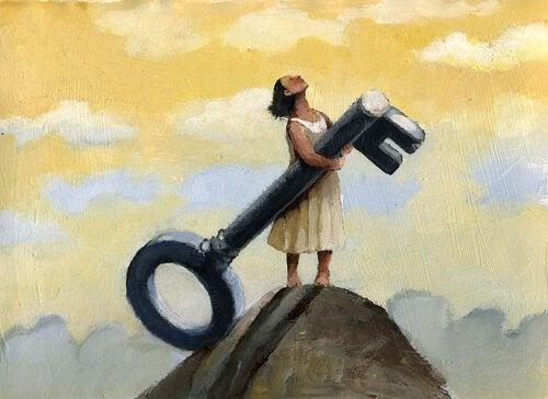 büyük bir anahtar tutan kadın
