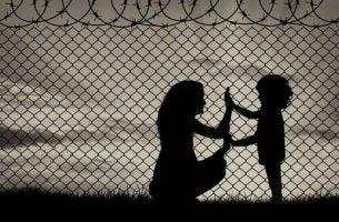 anne-cocuk-dikenli-teller-mülteci-siyah-beyaz