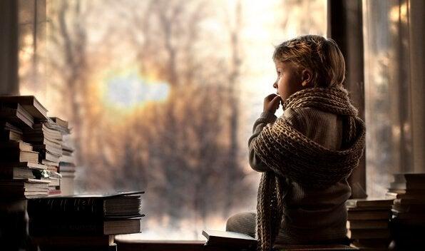 camdan bakan atkılı çocuk