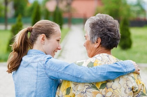 yaşlıya destek olan kadın
