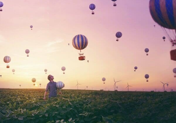 balonlar ile dolu gökyüzü