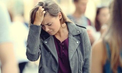 başını tutan endişeli kadın
