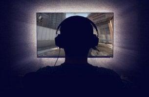 bilgisayar-oynayan-genc-hikikomori