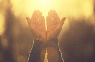 bir-insanin-dua-eden-elleri