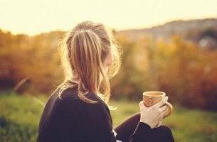 çay içerek manzaraya bakan kız