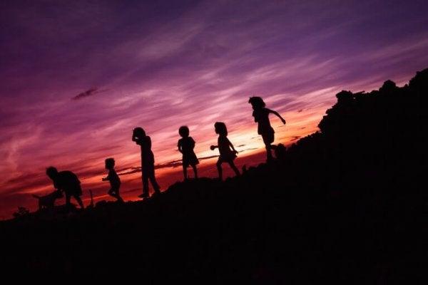 gün batımında yürüyenler