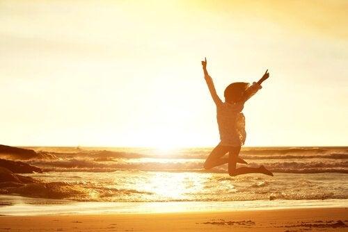 sahilde zıplayan kadın