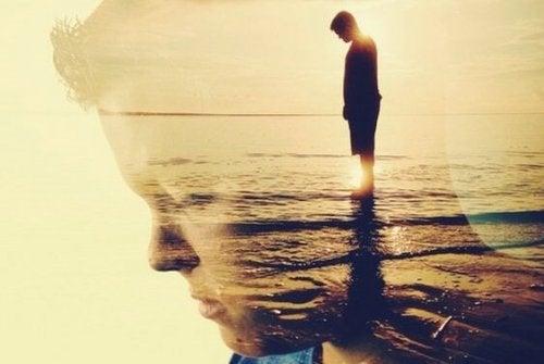denizin içinde genç çocuk gün batımı