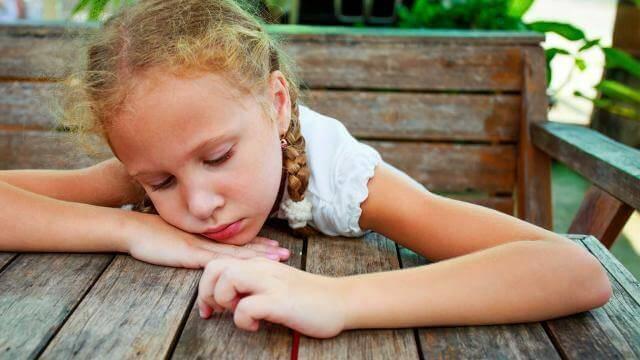 mutsuz görünen küçük kız