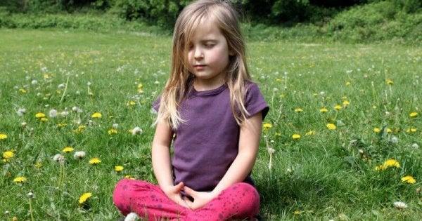 meditasyon yapan minik kız