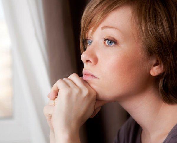 düşünen endişeli kadın