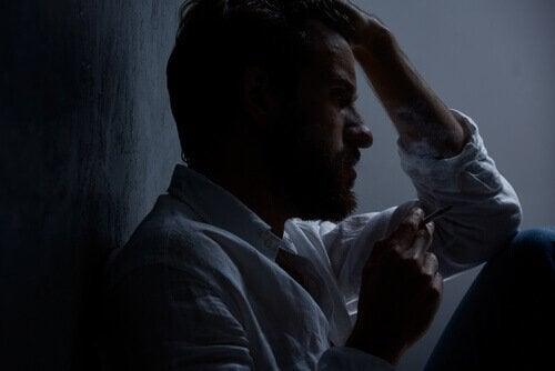 karanlıkta endişeyle oturmak