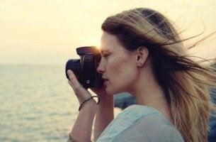 günbatımında fotoğraf çeken kadın