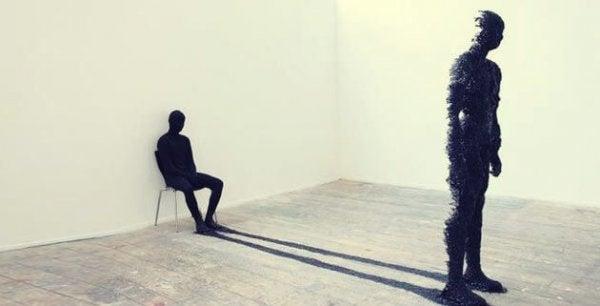 ayakta adamın oturan gölgesi