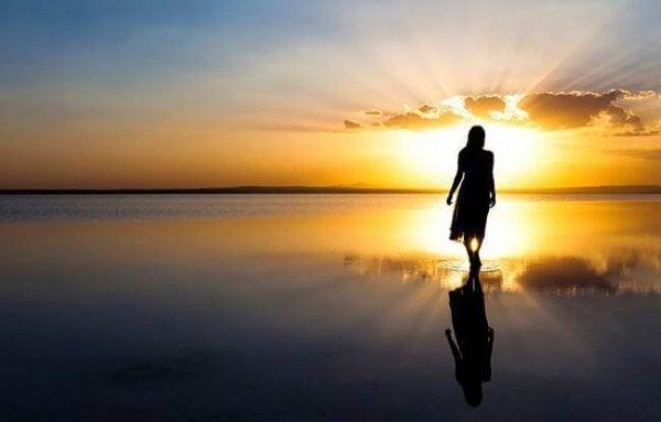 gün batımında suda yürümek