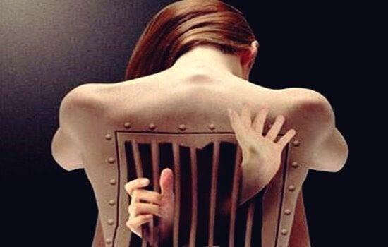 elleri sırtında hücreden çıkan kadın