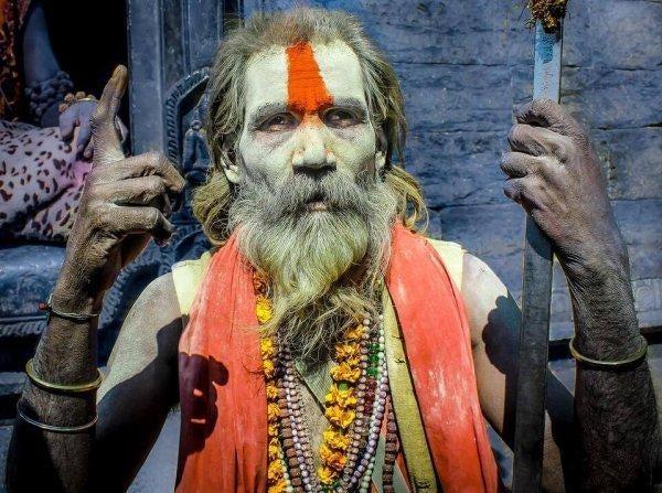 yaşlı ve kolyeli Hindu adam