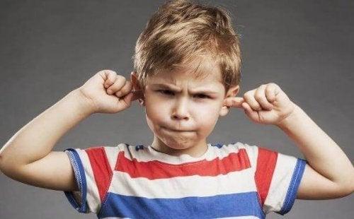 kulaklarını tıkayan çocuk