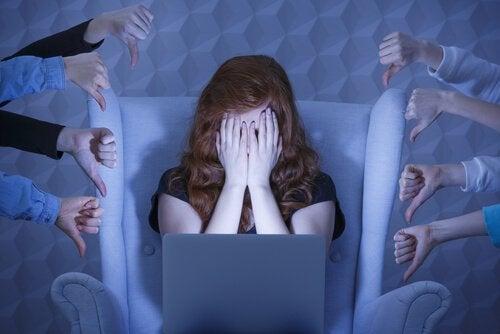 iş yerinde baskı altındaki utandırılan kız