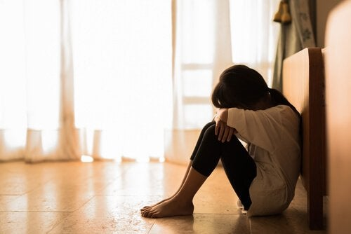 izole olmuş üzgün genç kız