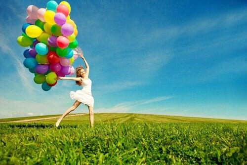 balonlarla çayırda dans
