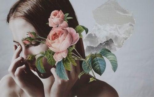 kadının yüzünde güller var