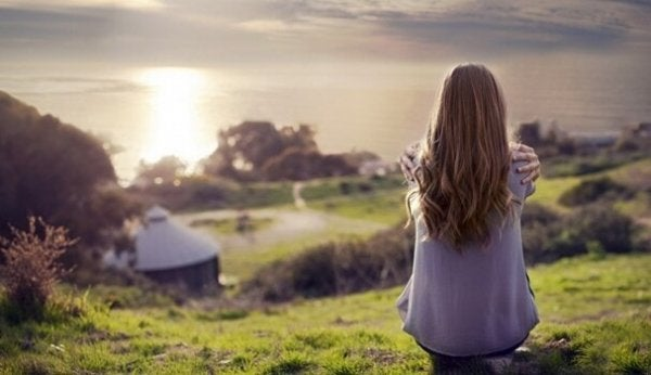 kadın köy manzarasına bakıyor
