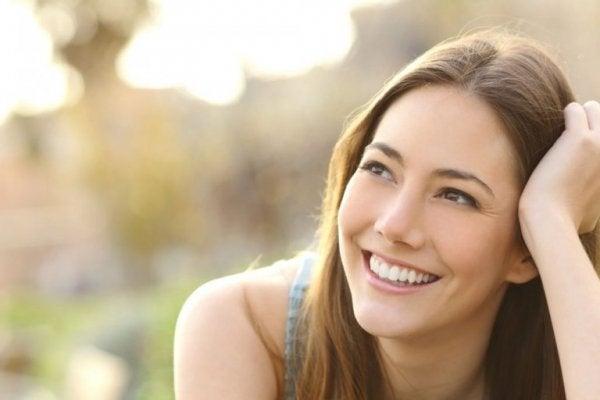 kadın güzel güzel gülüyor