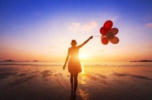 kadın sahilde balonla geziyor