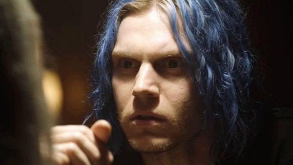 mavi saçlı adam