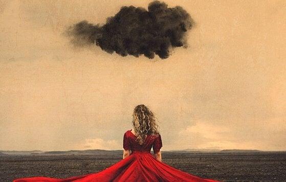 kırmızı elbiseli kadın ve kara bulut