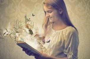 kitap-okuyan-mutlu-kadin-icinden-kuslar-cicekler-cikan-kitap