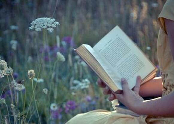 çiçeklerin arasında kitap okumak