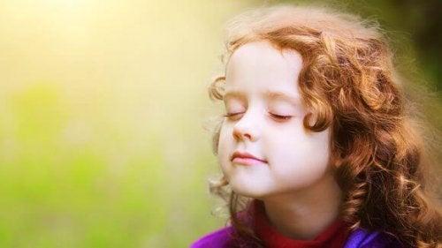 meditasyon yapan çocuk