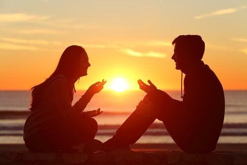 sakilde konuşan çift
